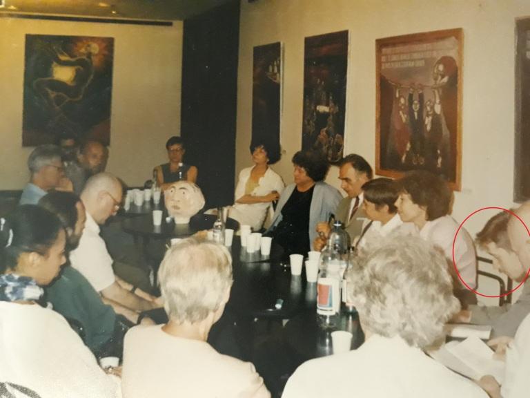 Институт Гете, июнь 1997, круглый стол на моей персональной выставке - я сижу между Мариной Бессоновой и Сергеем Поповым, от отмечен красным